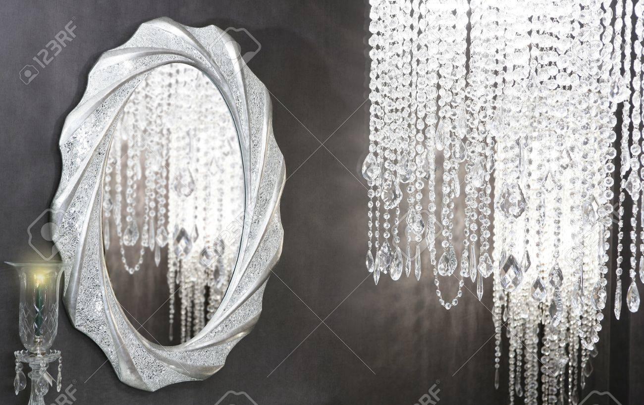 Crystal strass lampe ovale spiegel moderne dekoration auf schwarze wand lizenzfreie bilder 8621806
