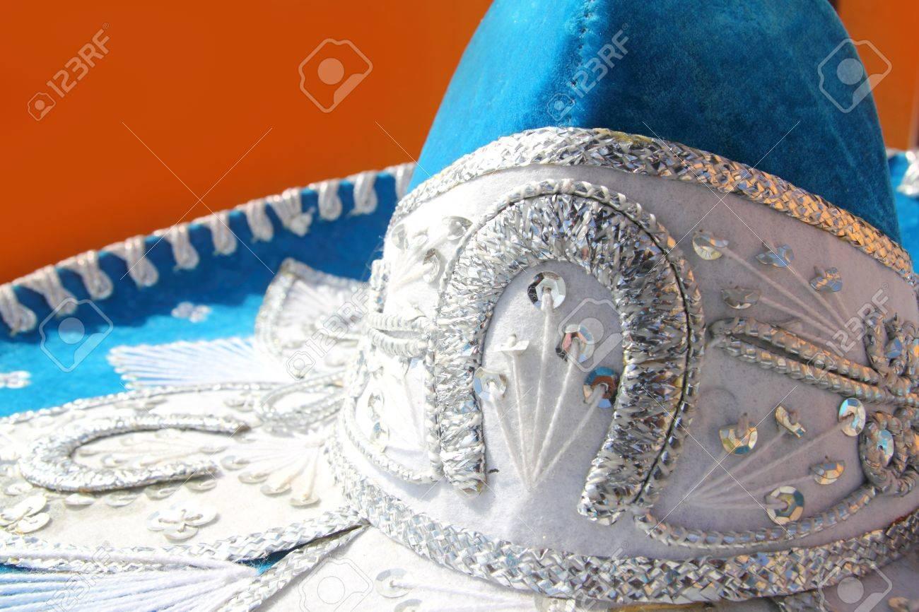 c9d01f6c7492b Detalle de mexicano sombrero de charro mariachi azul sobre fondo naranja  México Foto de archivo -