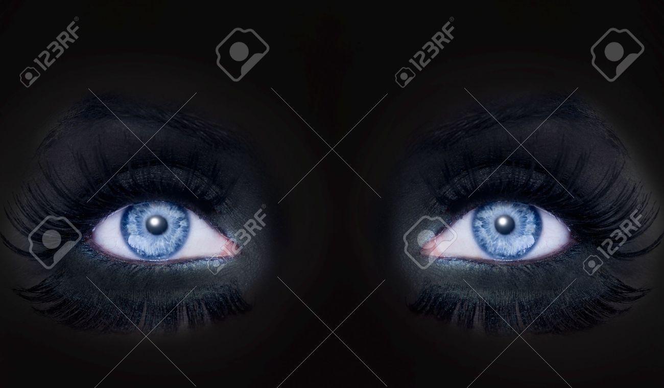 Banque d\u0027images , Femme de panthère yeux bleus visage darked maquillage chat  noir