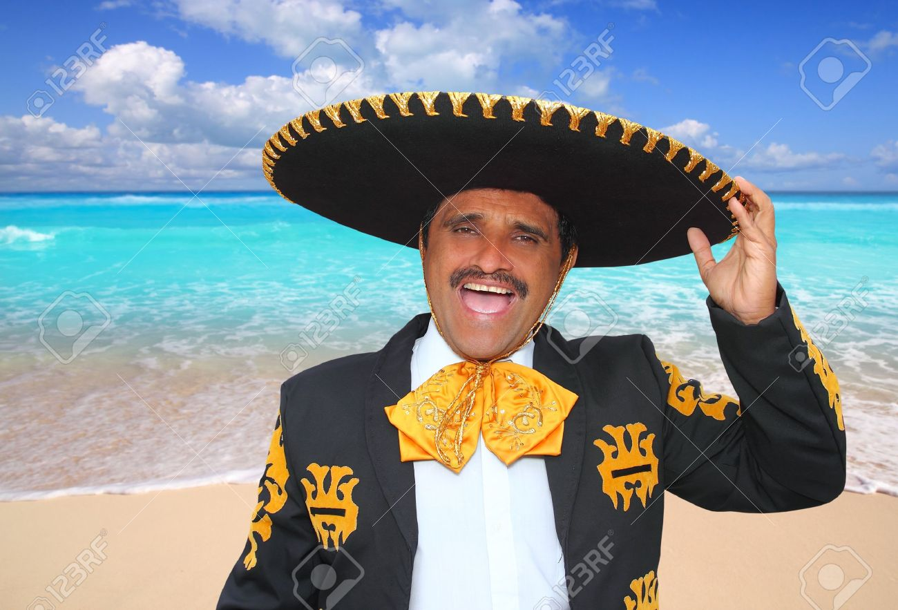 Retrato de hombre de mariachi charro gritando en Playa Caribe Mexico Foto de archivo - 9941946