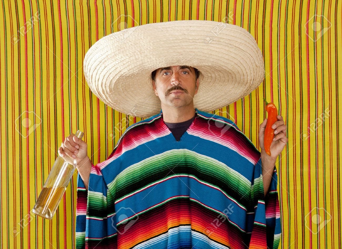 Hombre típico mexicano comer hot chili pepper y beber tequila con poncho Foto de archivo - 9942809