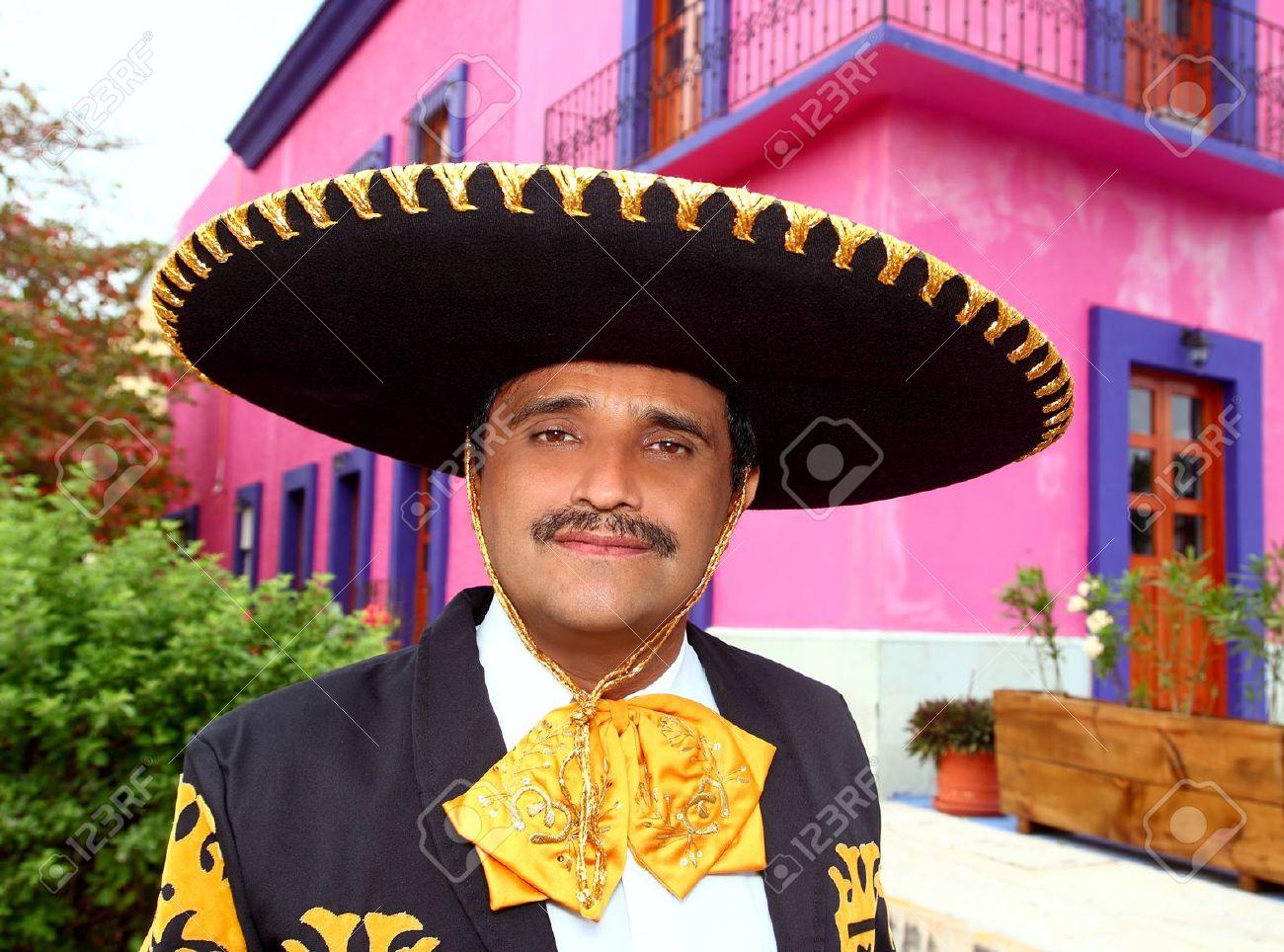Charro mexicano Mariachi retrato del hombre en una casa rosa México Foto de archivo - 10437768
