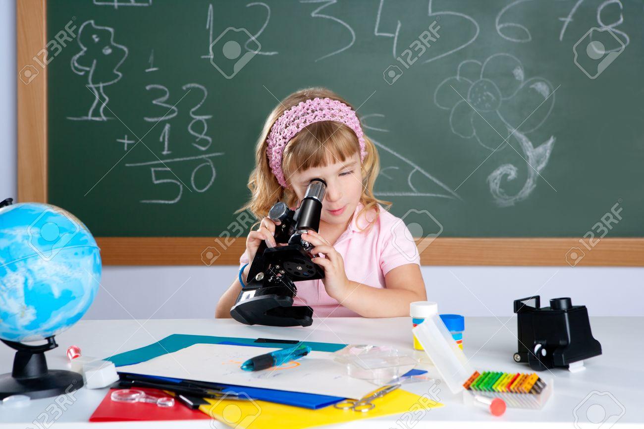 Kinder kleine mädchen in der schule klassenzimmer mit mikroskop in