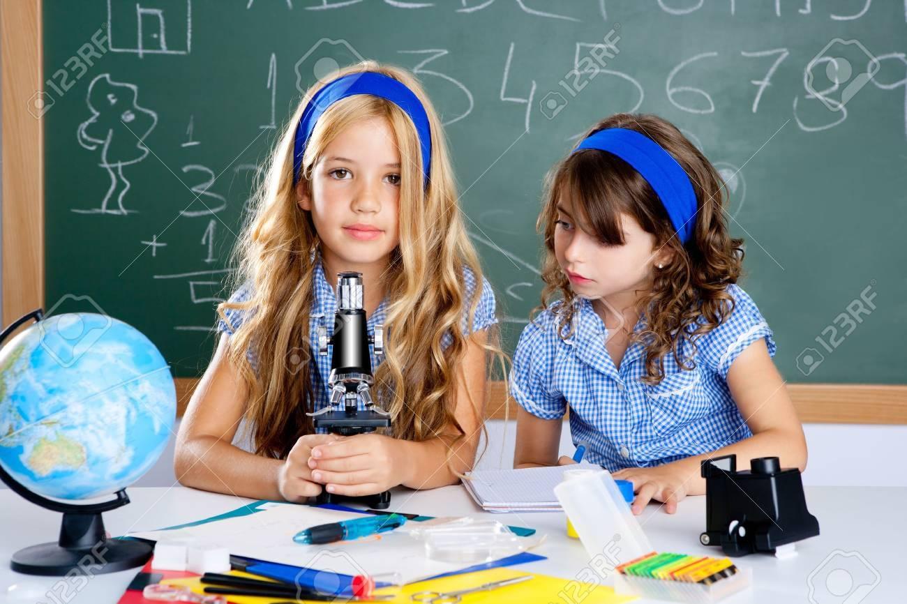 Kinder mädchen in der schule klassenzimmer mit weltkarte und