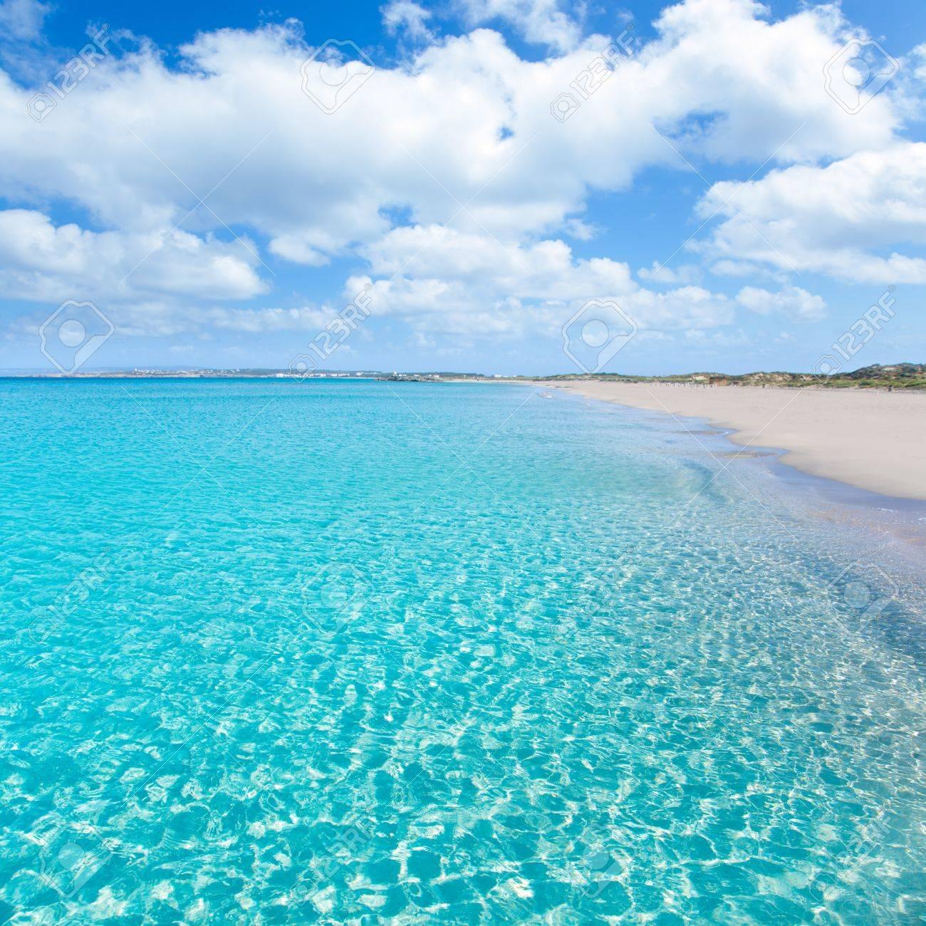 完璧な青緑色の水とフォルメンテ...