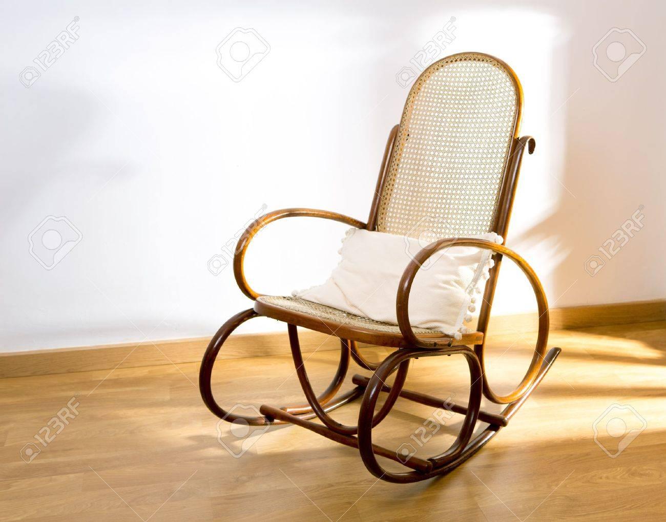 Sedie A Dondolo Depoca : D oro retrò sedia altalena a bilico in legno sul pavimento di