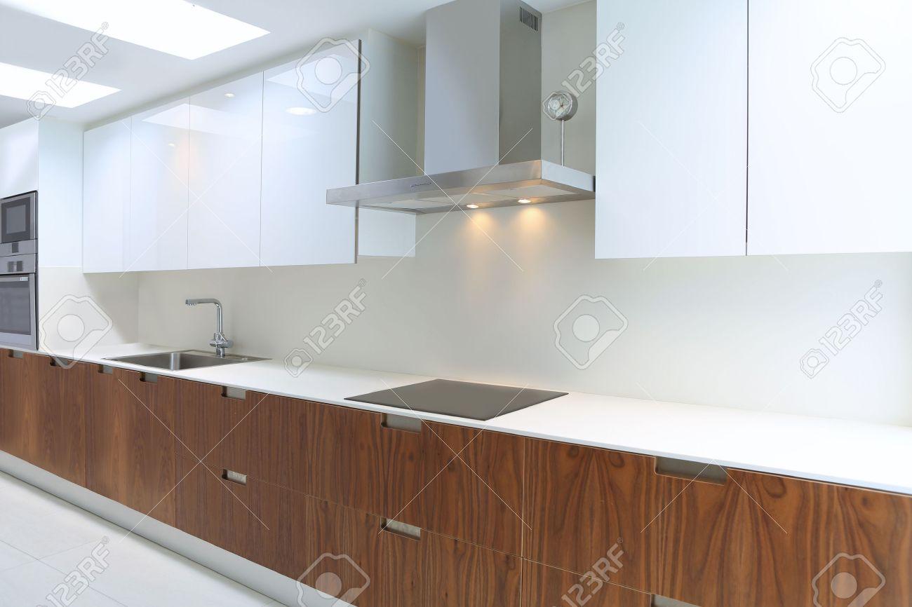 Réelle cuisine moderne en blanc et en bois de noyer intérieur de ...