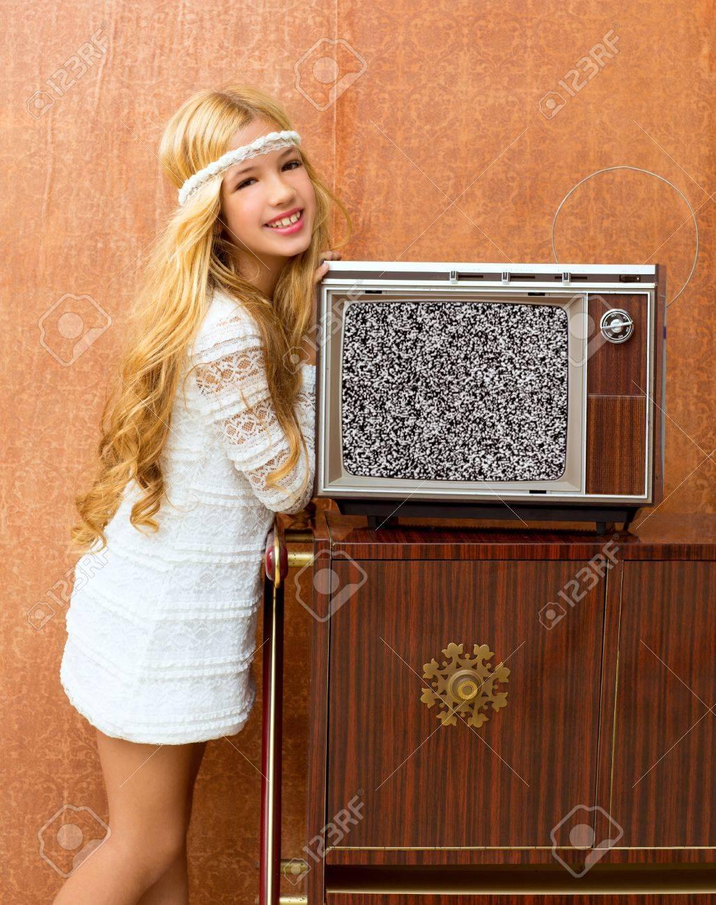 Banque d images - Blonde fille de cru enfant des années 70 avec tv amour  rétro vieux papier peint 629d799c094