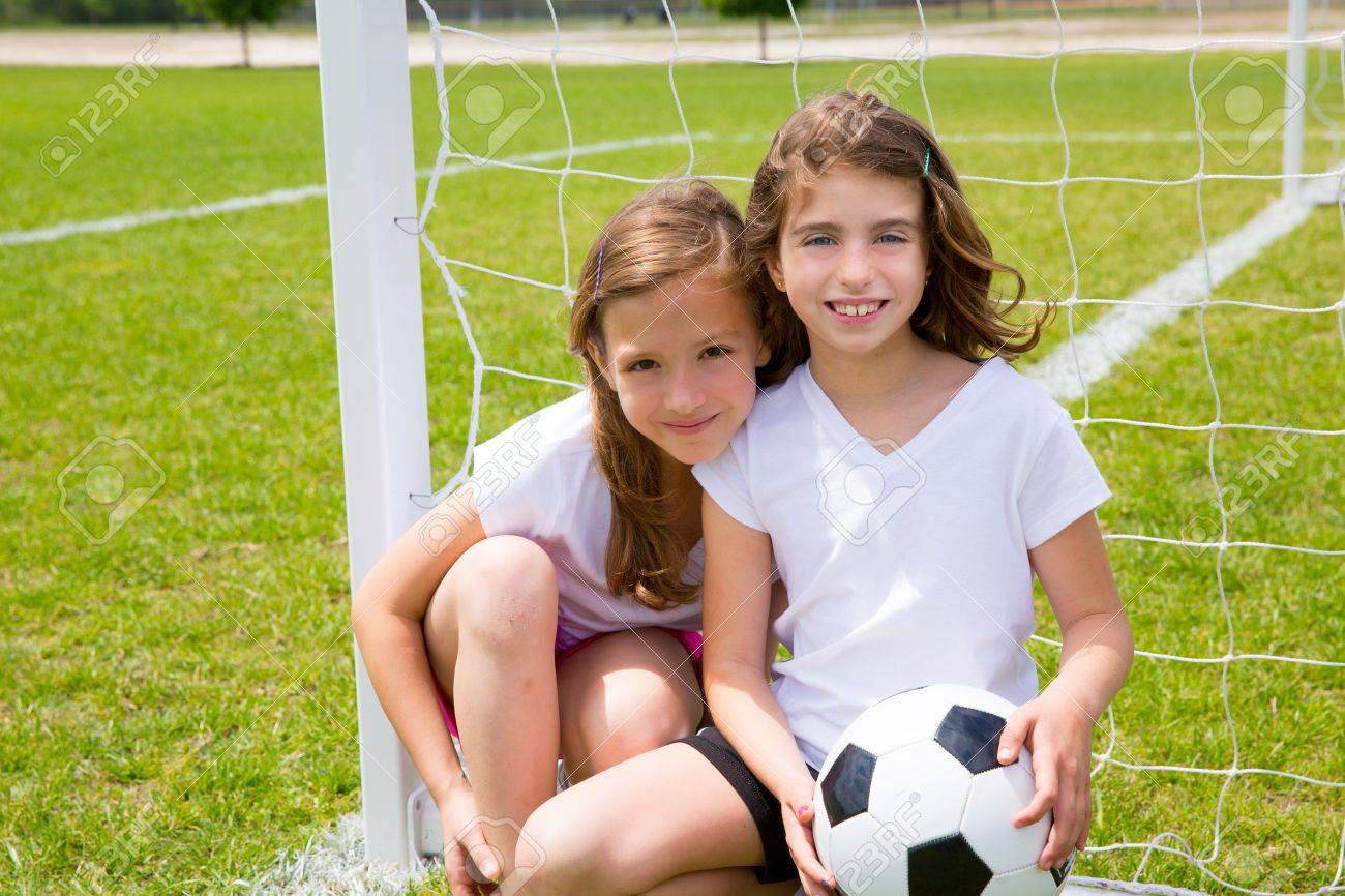 [عکس: 20098265-Soccer-football-kid-girls-playi...-Photo.jpg]