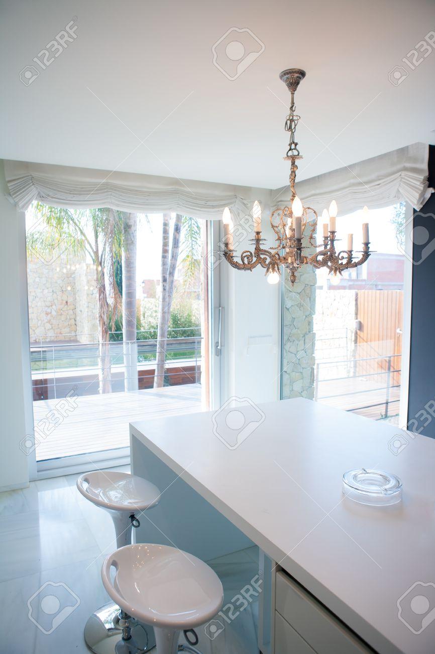 Moderne Weiße Küchentisch Mit Vintage-Kronleuchter Und Stühle ...
