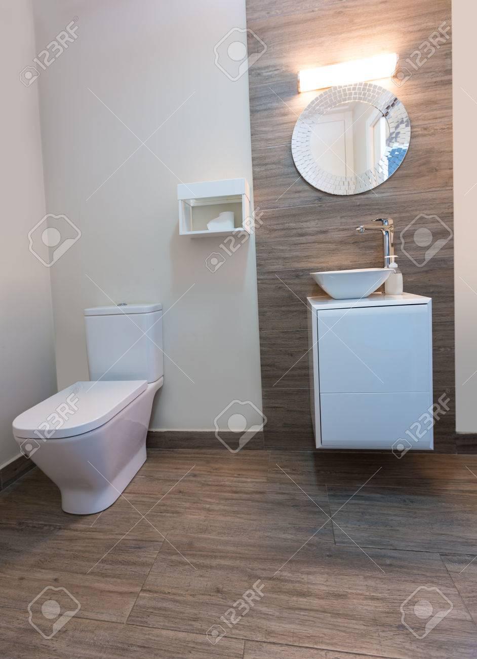 Salle De Bains WC Avec Miroir Rond Intérieur Moderne Avec De La ...