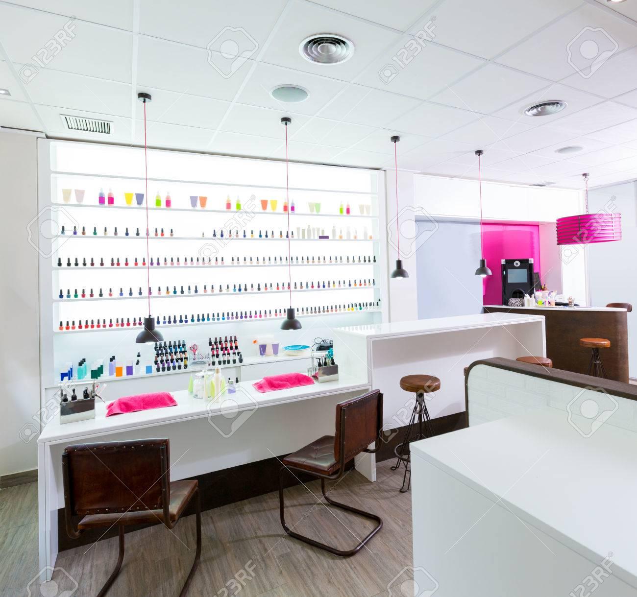 Ongles et pédicure salon moderne avec du vernis à ongles coloré dans une  rangée sur fond blanc