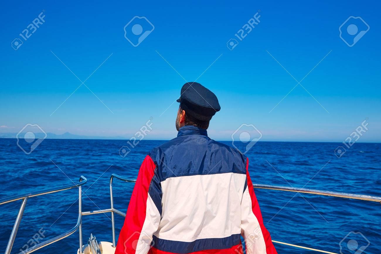 nouveau style styles divers magasin officiel Arrière homme marin mer océan de voile dans un bateau avec horizon  casquette de capitaine à la recherche