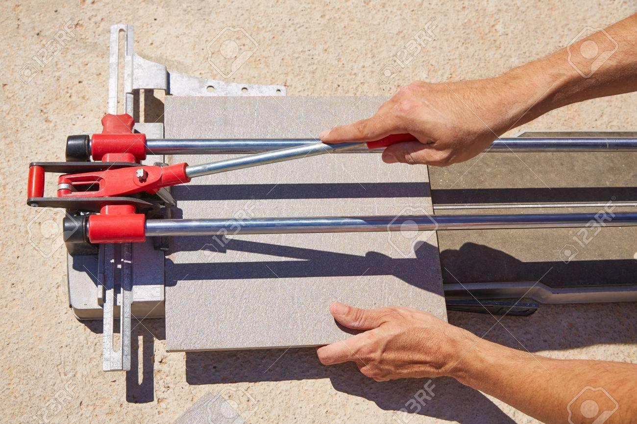 fliesenschneider maschine mit mason hände schneiden von fliesen
