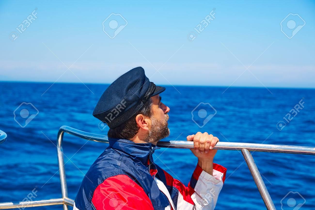 taille 7 technologies sophistiquées nouvelles photos Barbe homme marin mer océan voile dans un bateau avec horizon casquette de  capitaine à la recherche