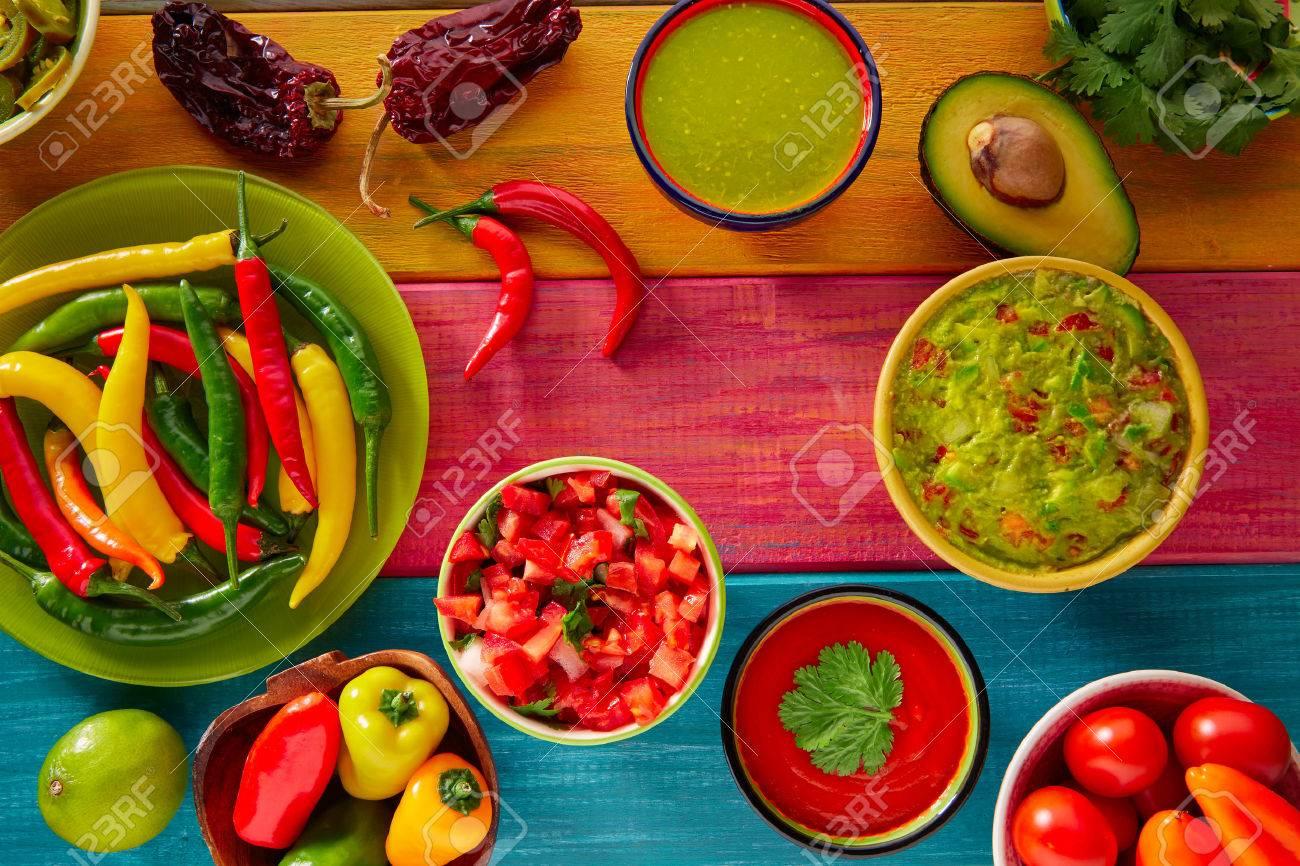 Mexican Food mélangé nachos guacamole pico fromage sauce chili trempage cheddar de citron de gallo Banque d'images - 42208386