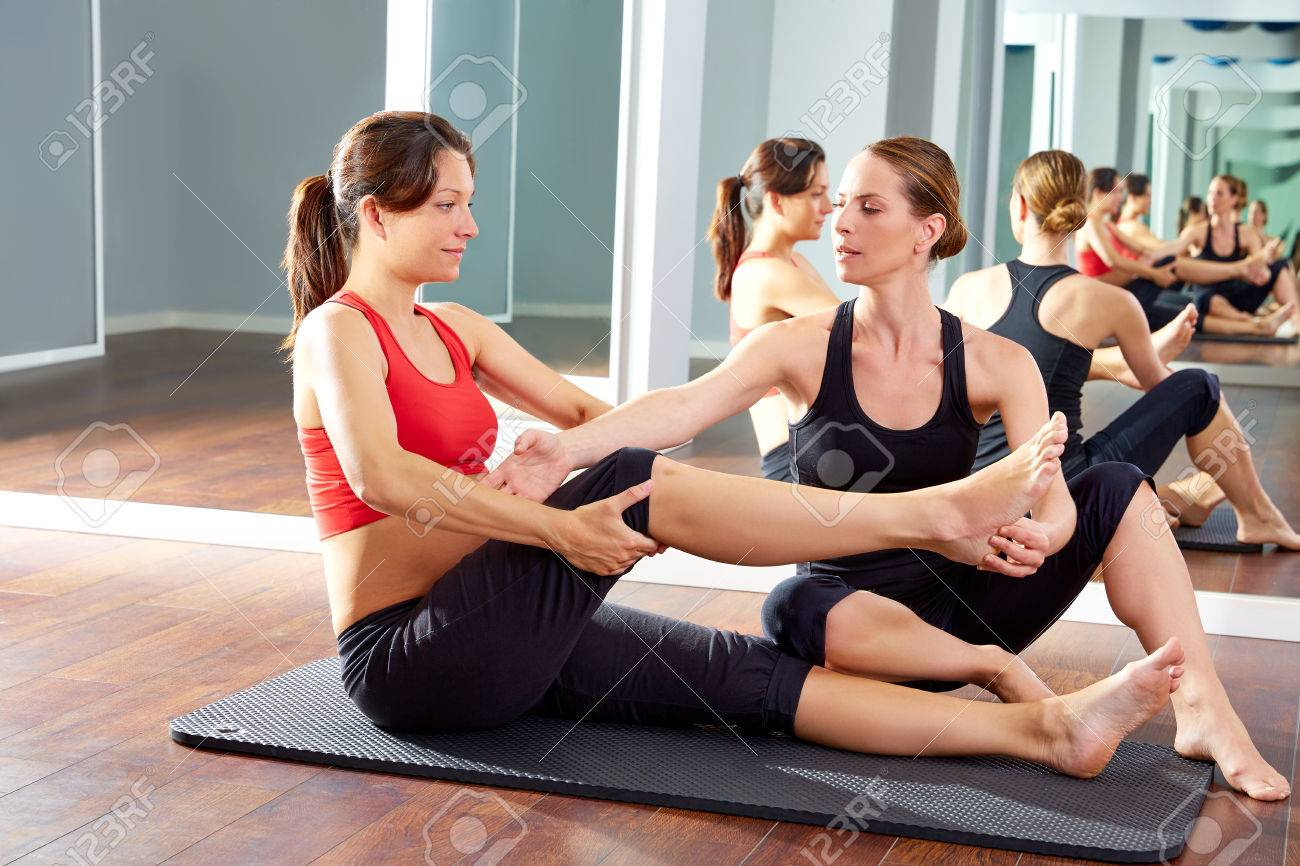 pregnant woman pilates exercise workout at gym with personal trainer Banque d'images - 44274365