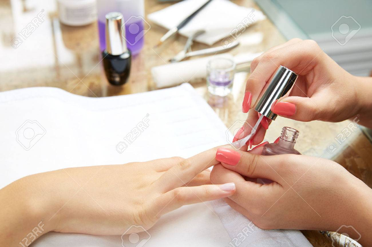 Nails painting with brush in Nail Salon woman hands Banque d'images - 47520720