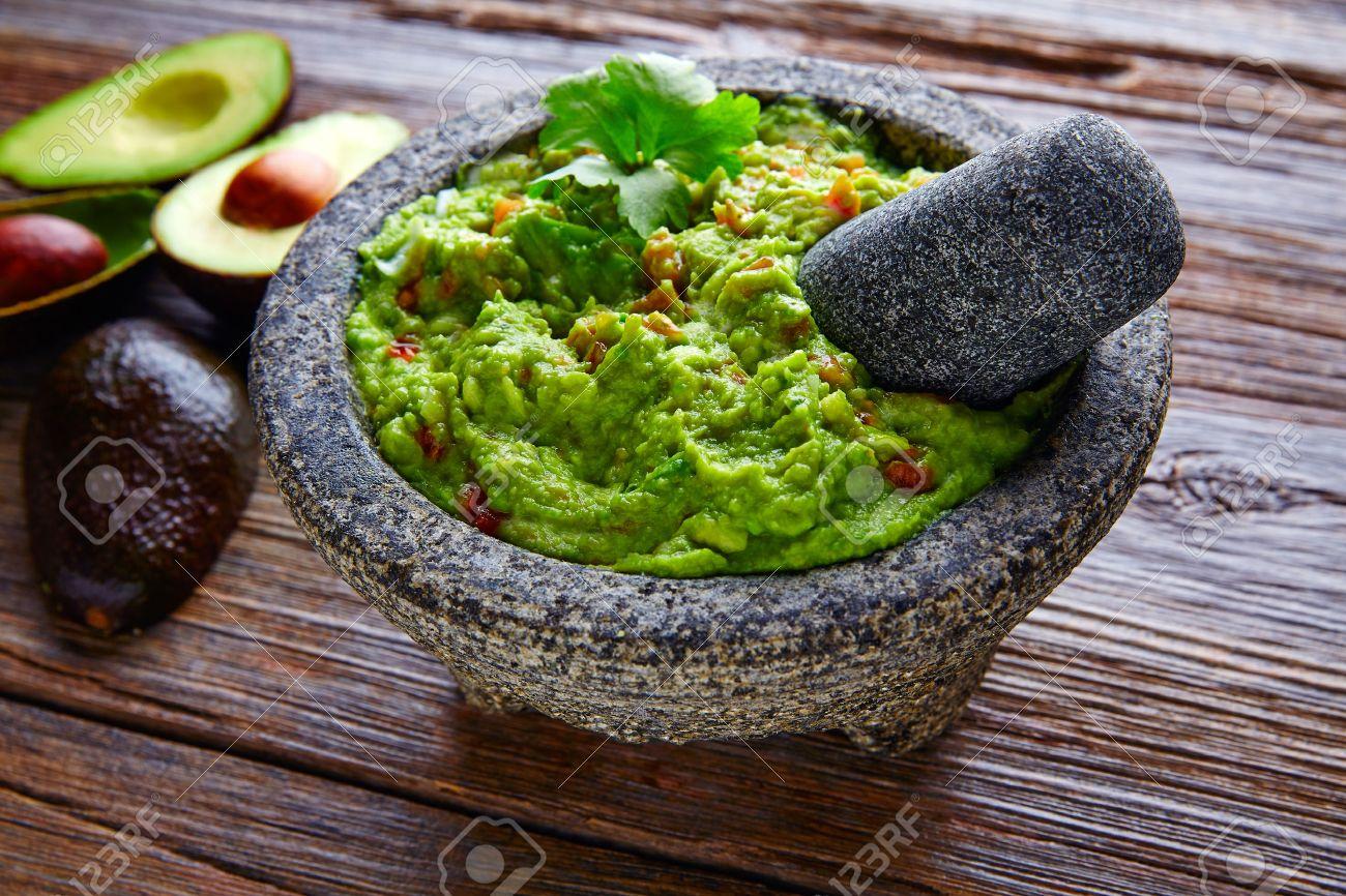 avocado Guacamole on molcajete real Mexican traditional procedure Banque d'images - 51858036