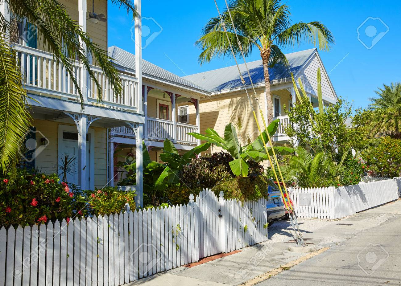 La Strada Huizen : Key west downtown street houses facades in florida usa stock photo