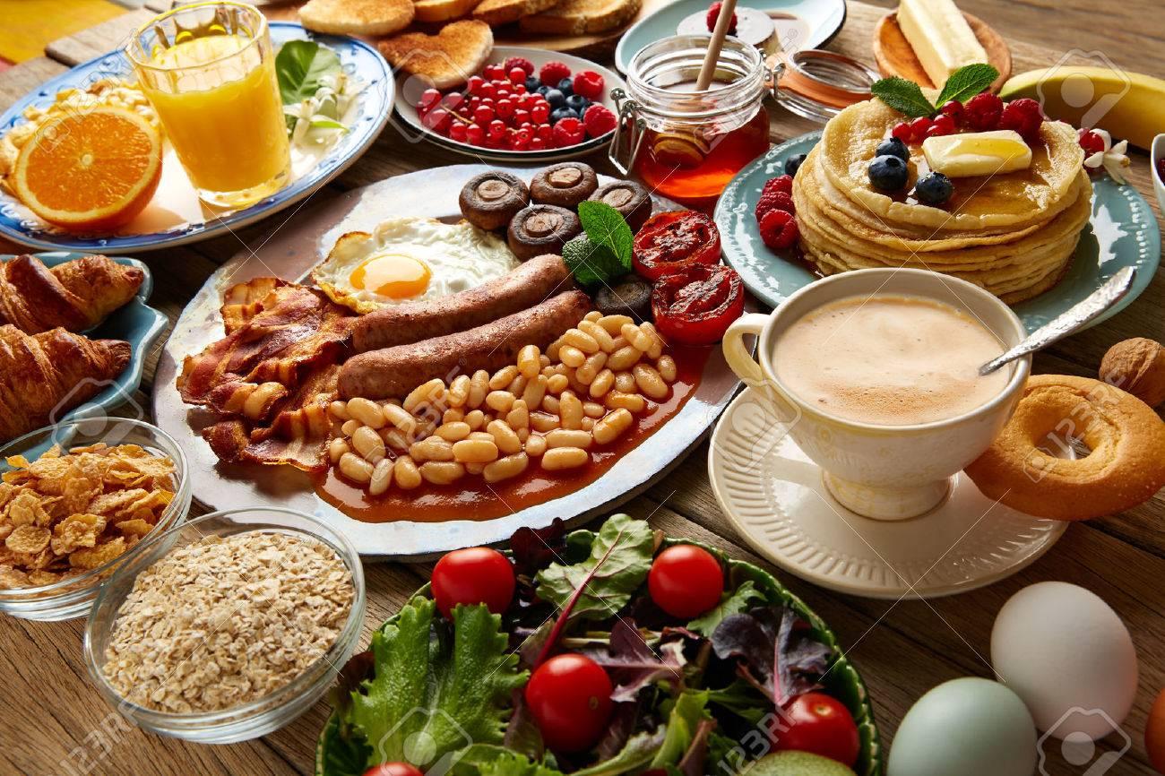 Petit déjeuner buffet complet salade de jus continental et anglais café orange, croissant fruits Banque d'images - 65705172