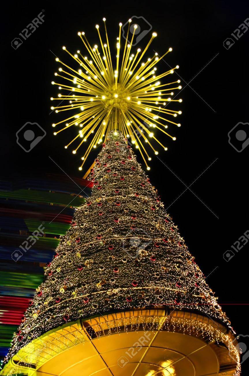 Beleuchteten Weihnachtsbaum Mit Hunderten Von Winzigen Glühbirnen ...