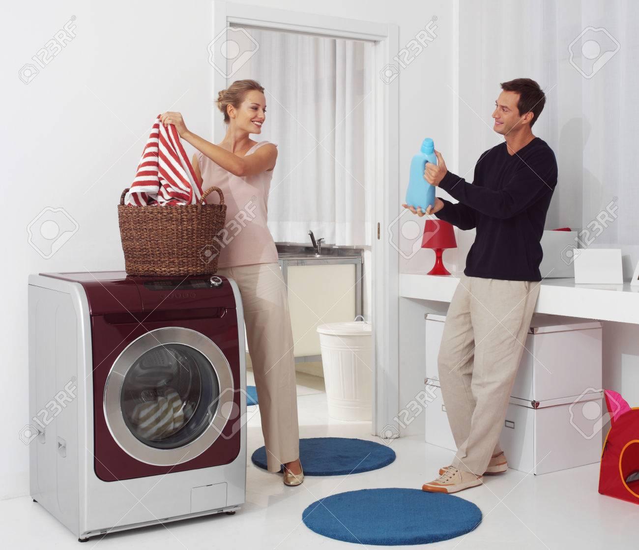 Différence entre les générations  - Page 2 27916260-femme-souriante-avec-l-homme-dooing-buanderie-avec-machine-laver-Banque-d'images