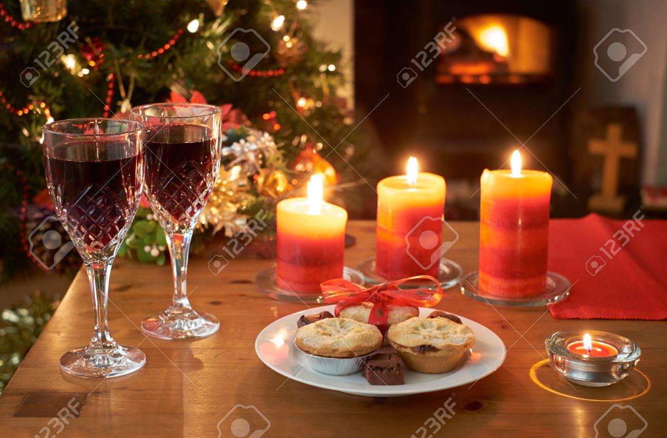 Una Escena Del árbol De Navidad Por La Noche Con Una Copa De Vino