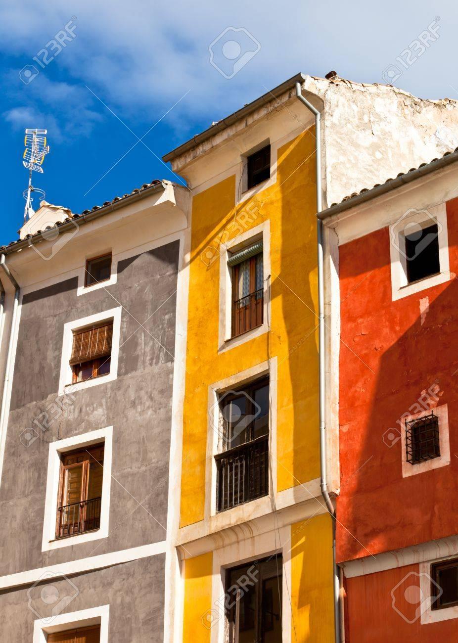 Facades De Maisons En Couleurs vieilles maisons de couleurs façades à cuenca, espagne centrale