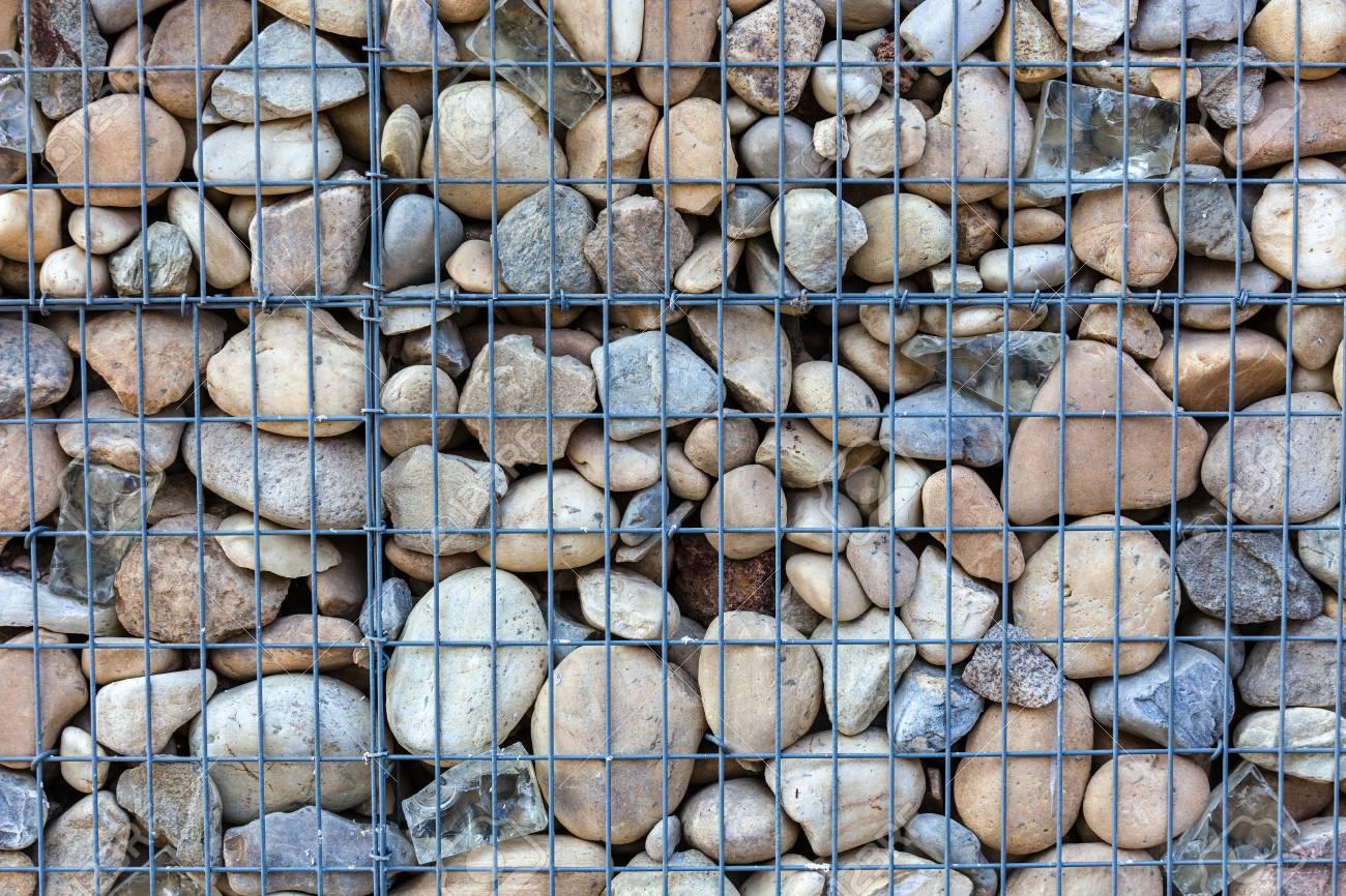 Metallischer Korb Netz Gefullt Durch Naturliche Steine Als Zaun