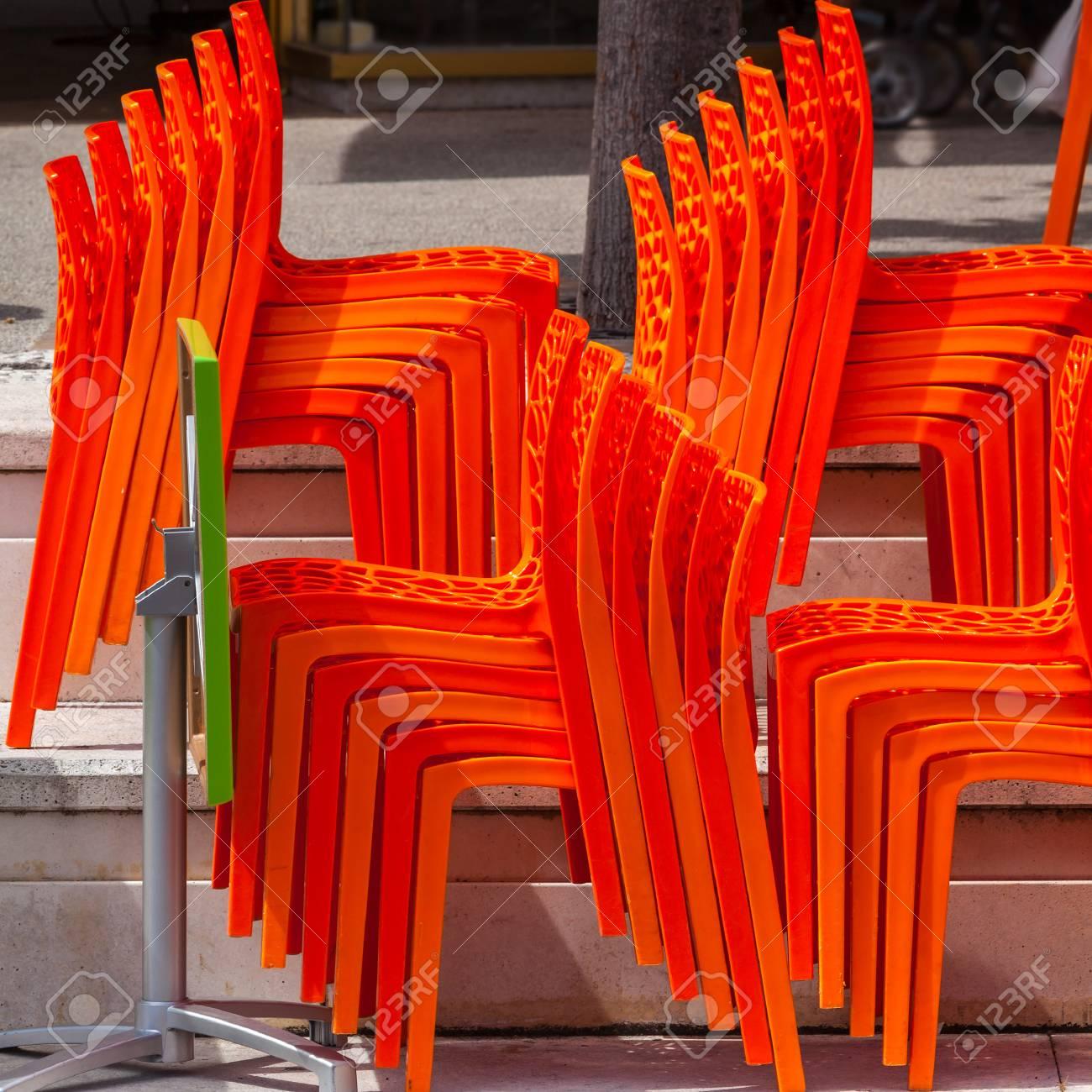 Sedie In Plastica Stock.Immagini Stock Mucchi Di Sedie Di Plastica In Un Caffe Chiuso