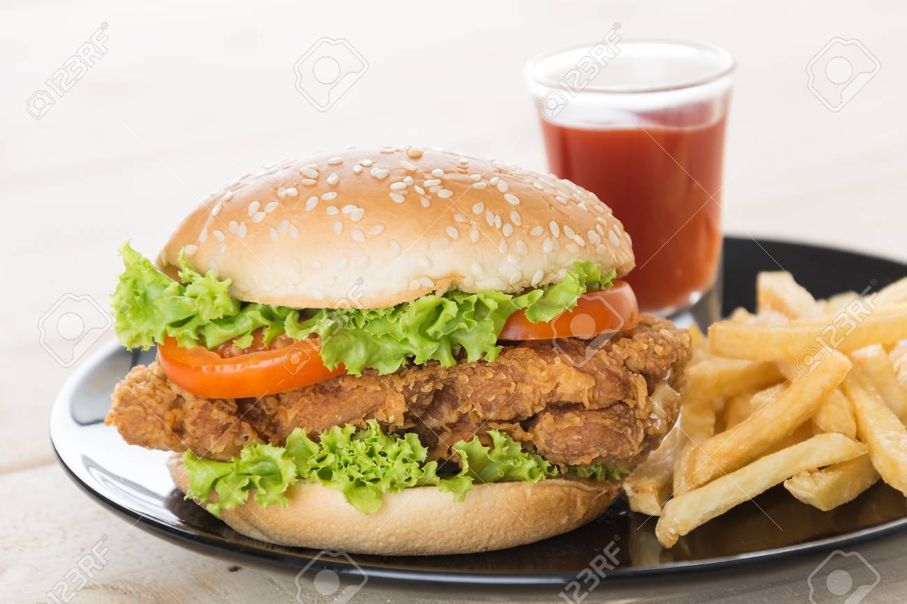 Knusprige Hahnchen Burger Auf Holz Lizenzfreie Fotos Bilder Und