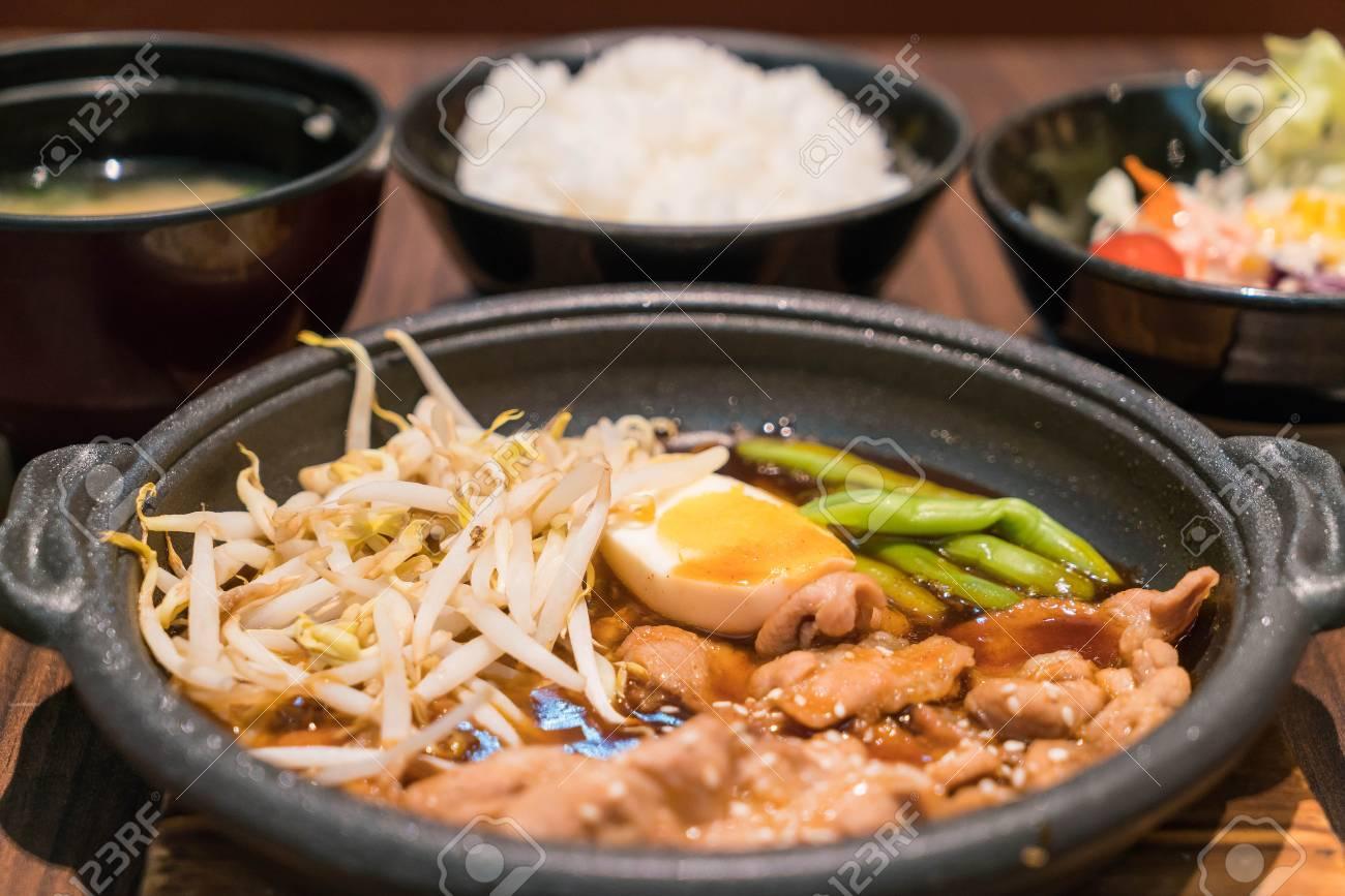korean würzige grill schweinefleisch serviert auf einer heißen
