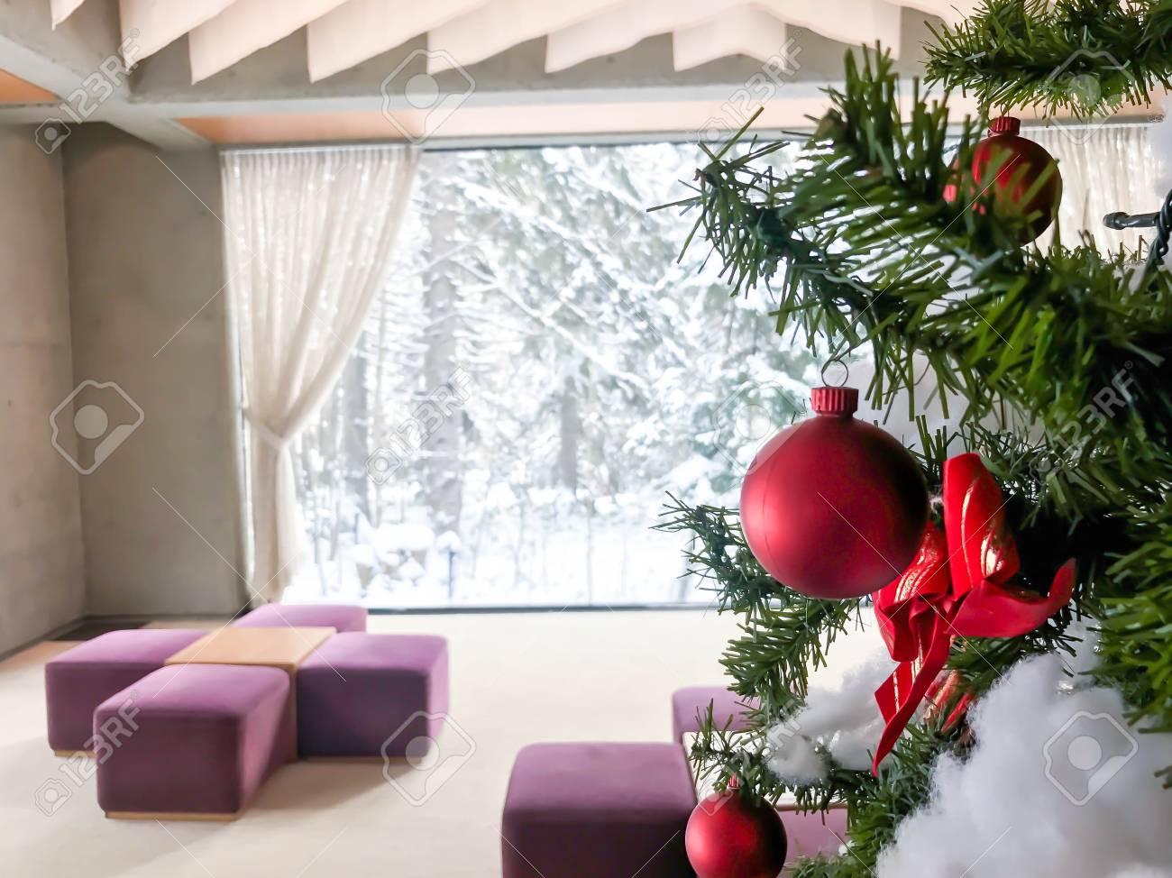 Kerstversiering Op Een Kerstboom In De Woonkamer Royalty-Vrije Foto ...