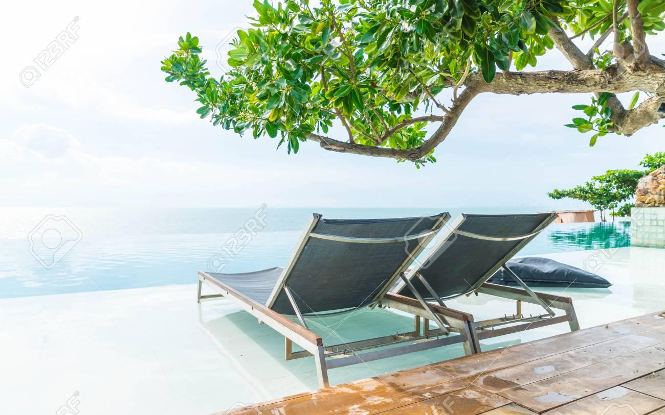 Des Chaise De L'hôtel Luxe Extérieure La Beau Station Piscine Parasol Autour Le Stimuler Traitement Couleurs Et 8OnwPk0