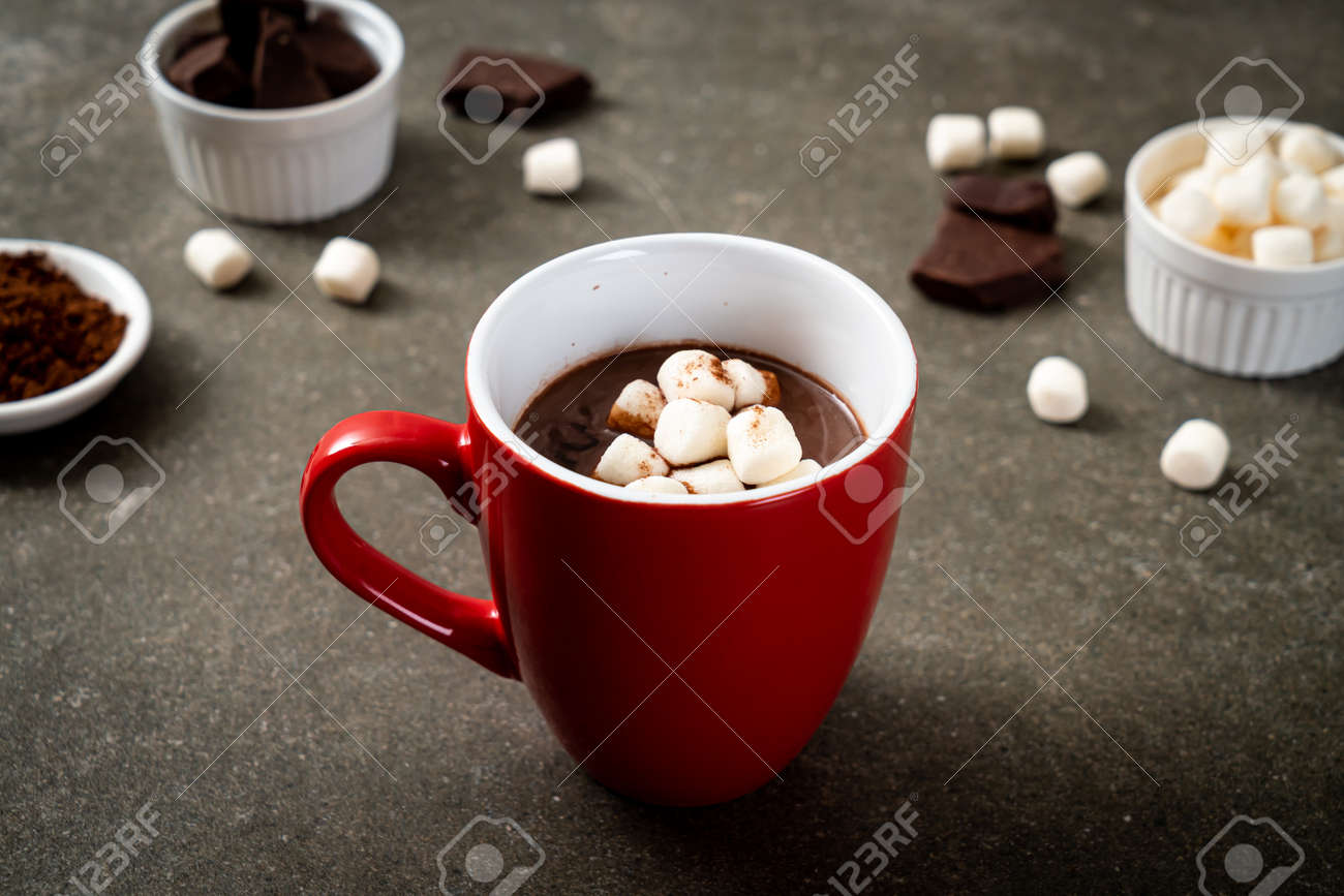 hot chocolate with marshmallows in cup - 133881495