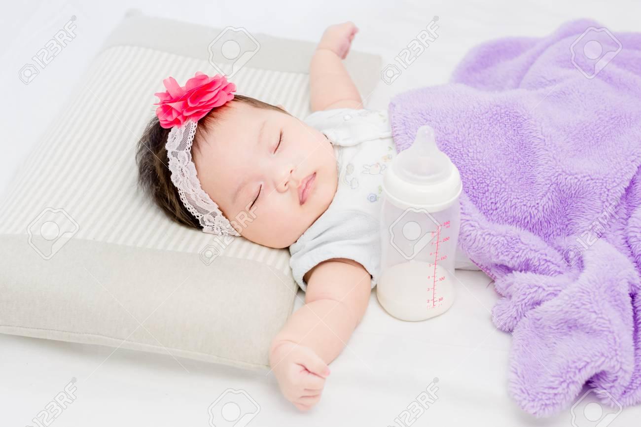 Portrait Von Adorable Baby Madchen Auf Dem Bett Liegen Mit
