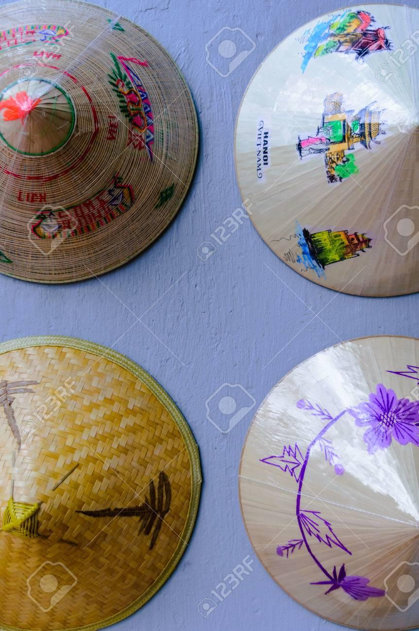 Archivio Fotografico - Cappello di foglie di palma conico (Non-La) è un  simbolo tradizionale del Vietnam ed è un ricordo speciale per il turista 7a32b35b9093