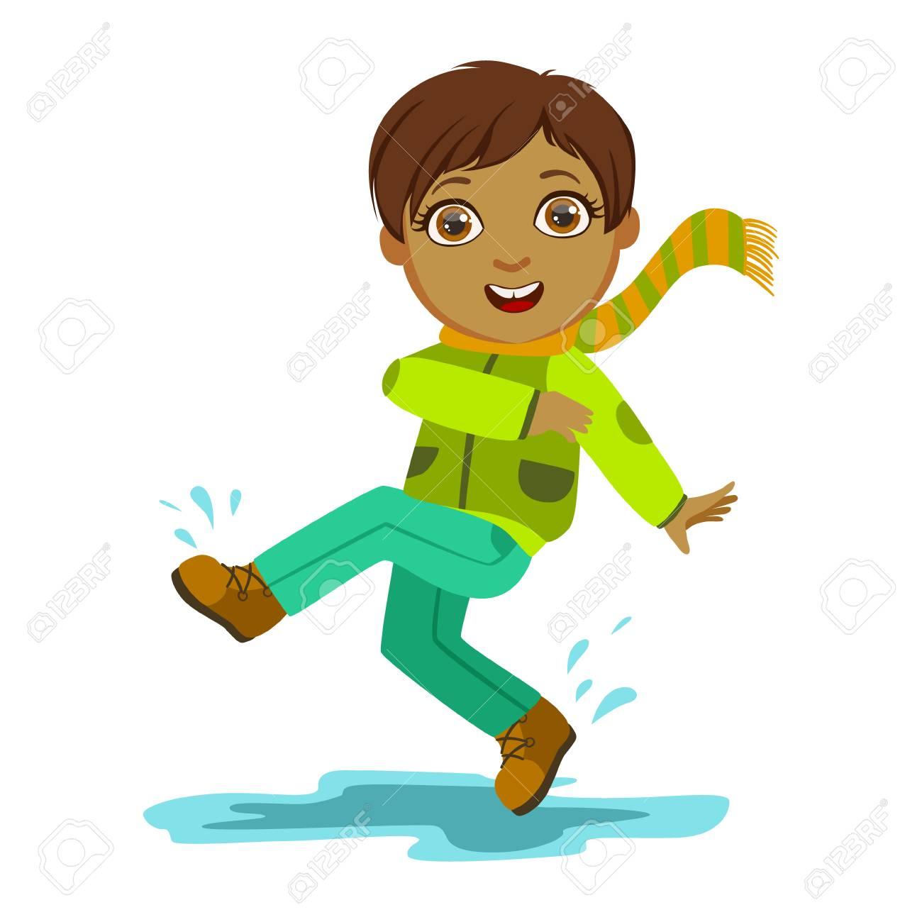 Junge Kicking Wasser Mit Fuß, Kind Im Herbst Kleidung Im Herbst ...