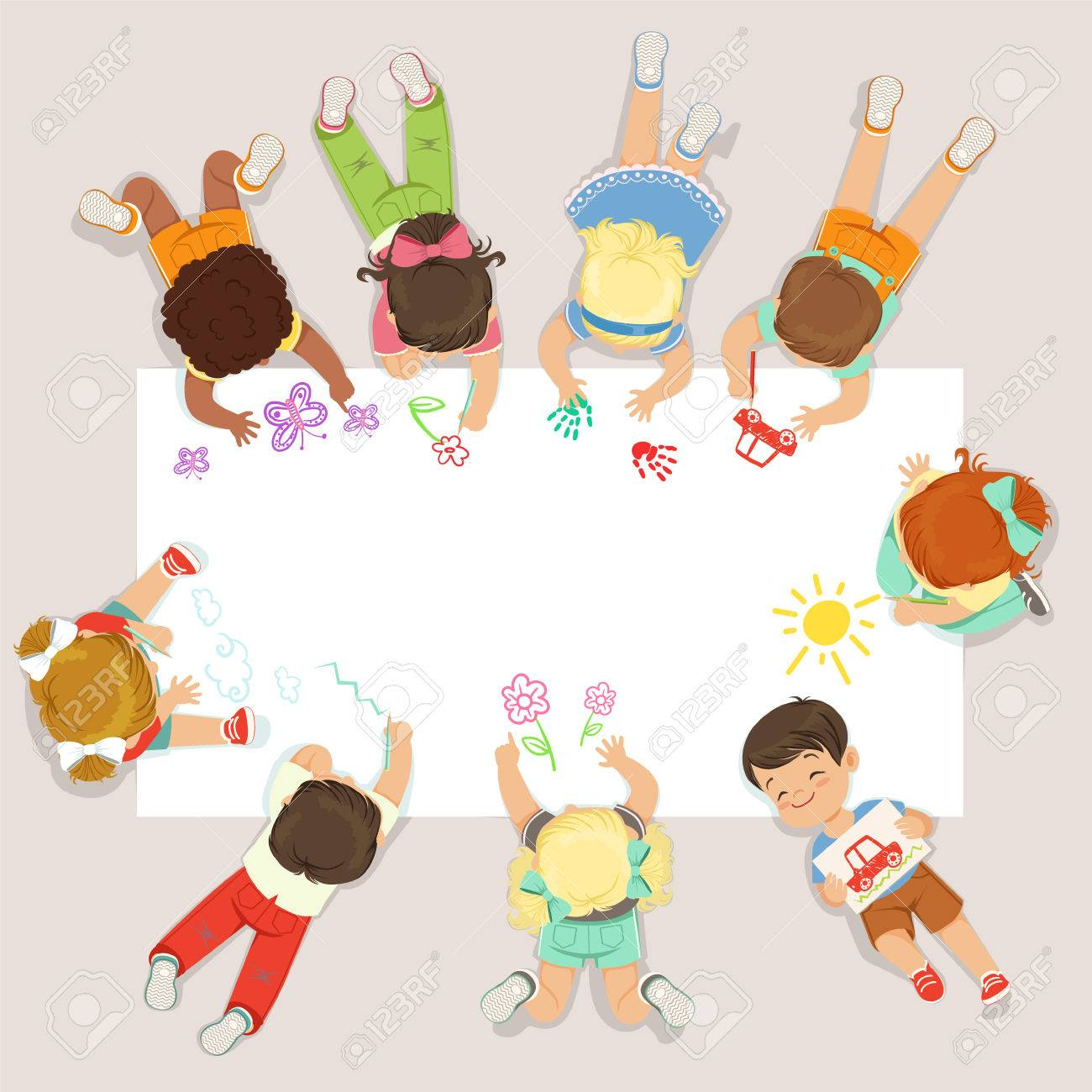 かわいい子供たちが横になっていると大きな紙に描きます漫画は