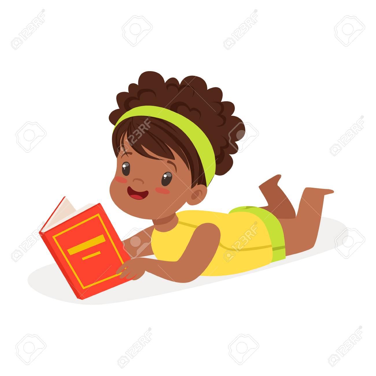 Douce Fille Africaine Allonge Sur Le Sol Et Lire Un Livre Vecteur De Personnage De Dessin Anime Colore Illustration