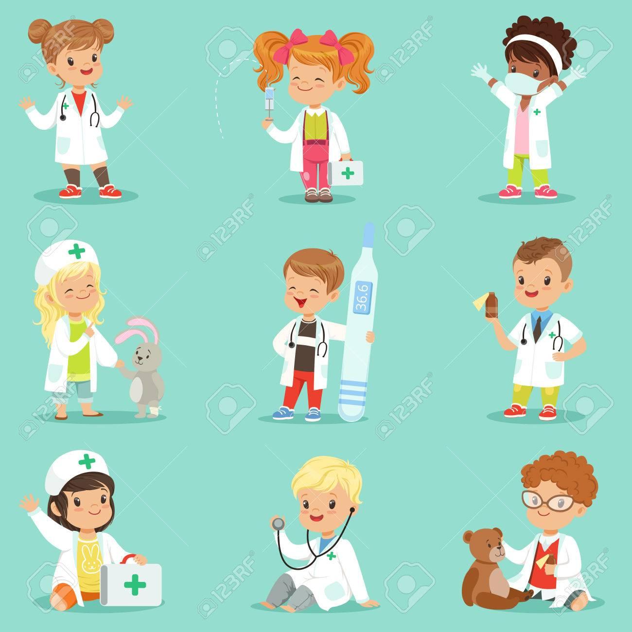 Equipo Los Jugando Pequeños Niñas Con Conjunto Y Como MédicoSonriendo Adorable El De Juguete Vestidos Niños Médico Médicos Las W9YbeHEID2