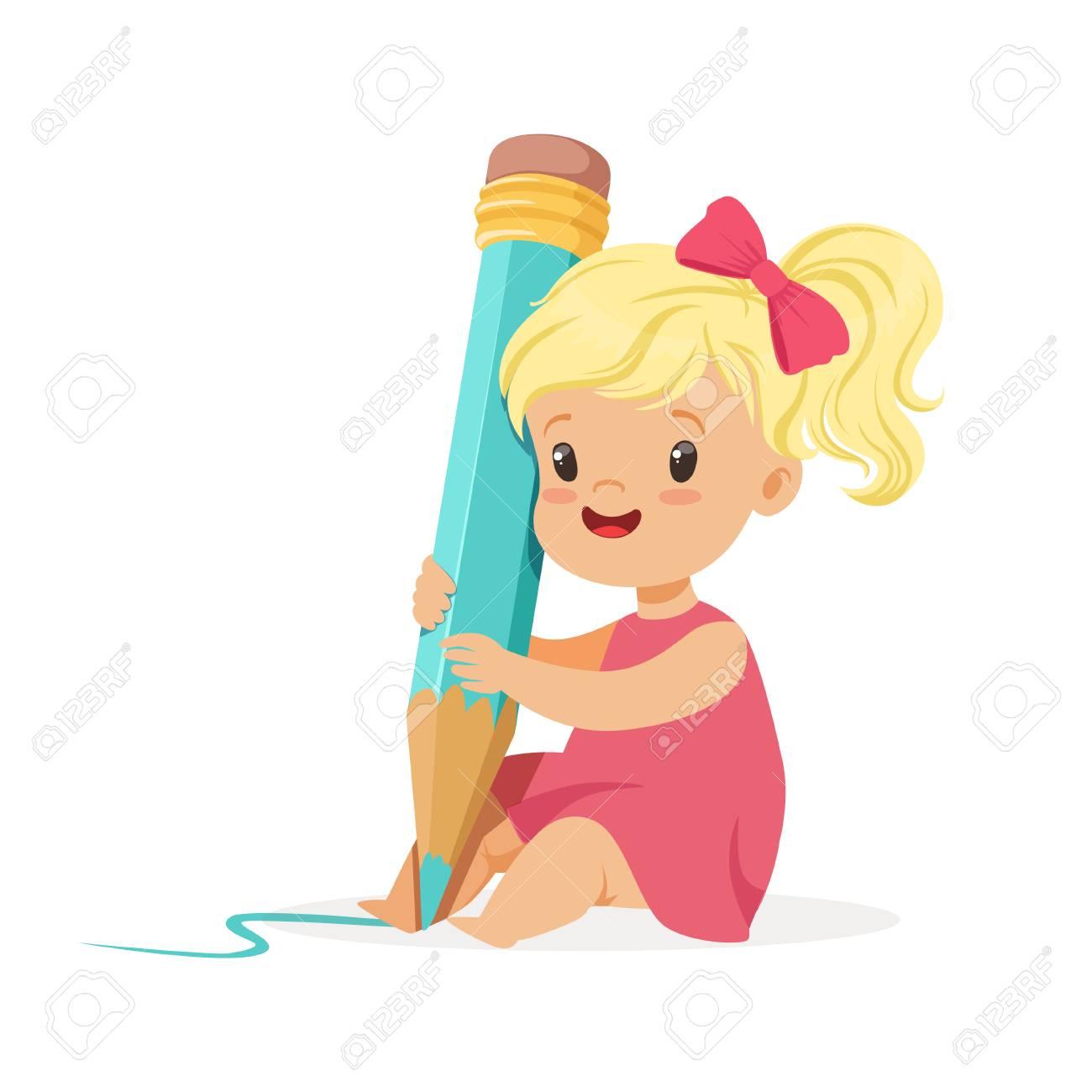 Jolie Petite Fille Blonde Assise Sur Le Sol Et écrit Avec Un Vecteur De Dessin Animé De Crayon Bleu Géant Illustration Sur Fond Blanc