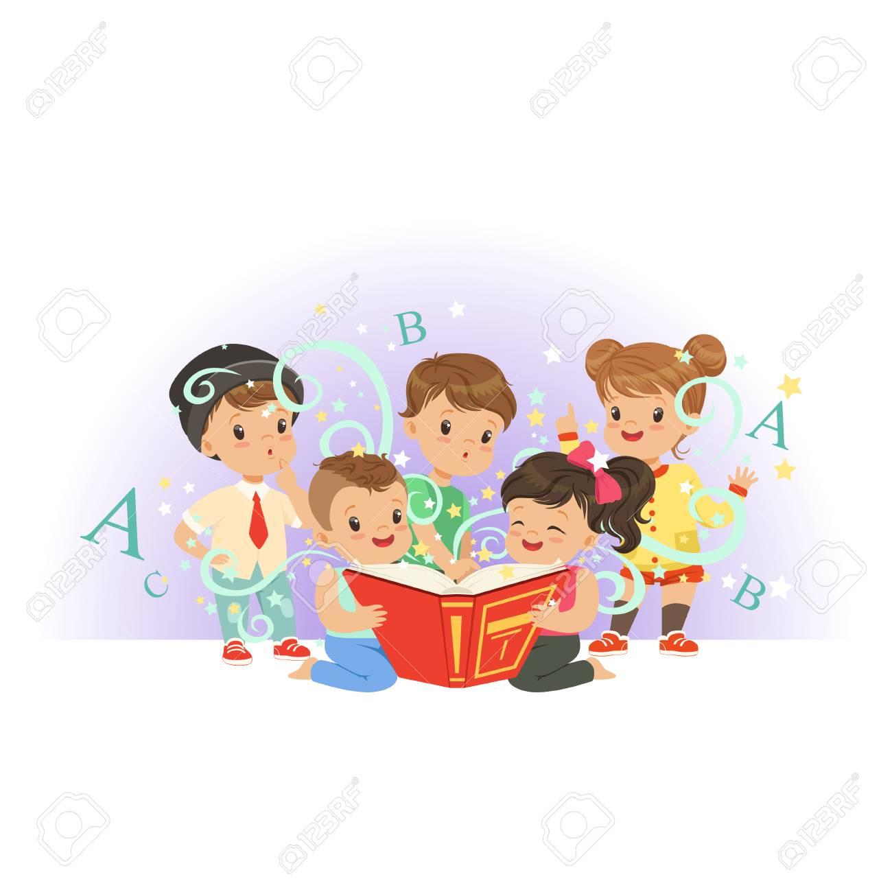 Enfants Prescolaires Adorables Garcons Et Filles Lisant Le Livre Magique Educatif Enfance Heureuse Et Interessante Illustration De Vecteur Plat