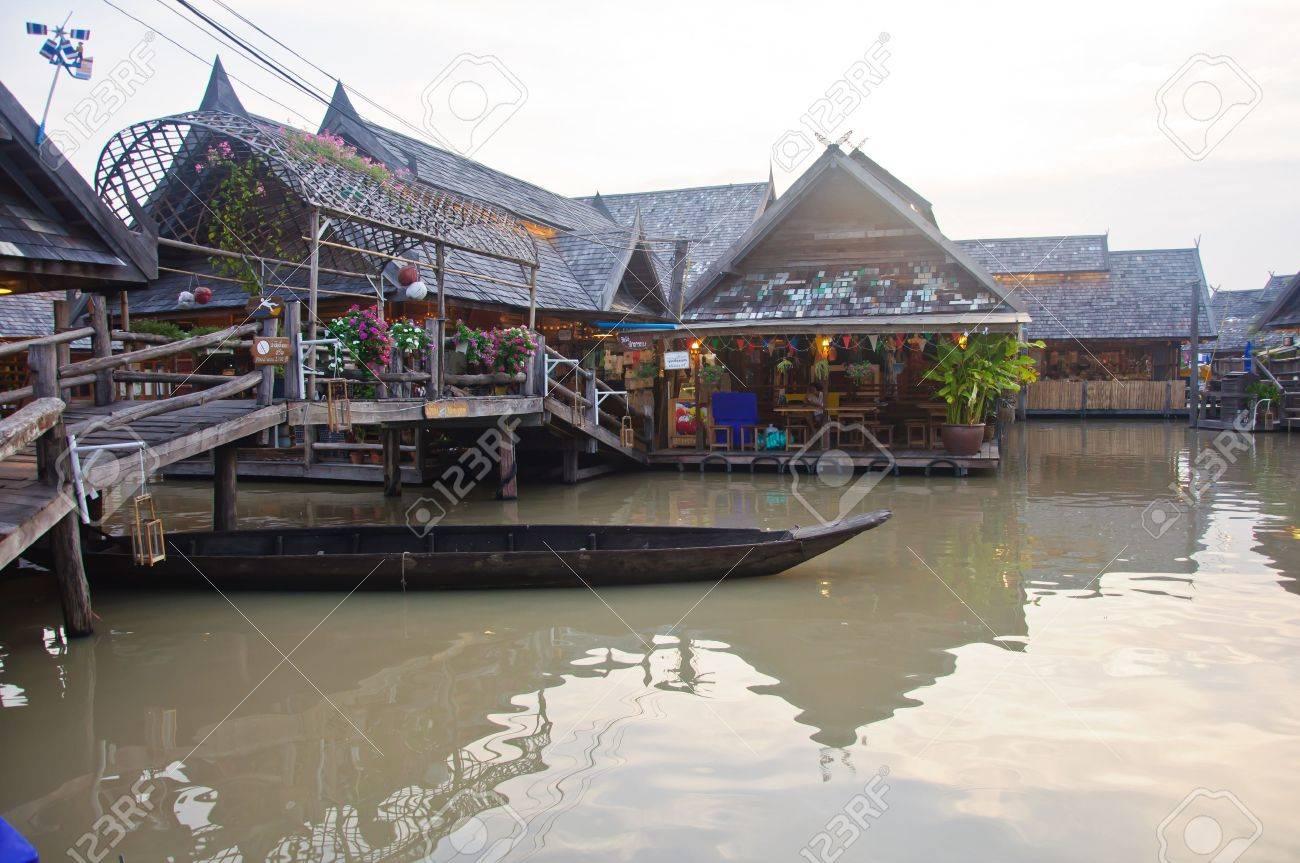 rowboat was under the wood bridge at the See Pak floating market, Cholburi, Thailand Stock Photo - 13811277