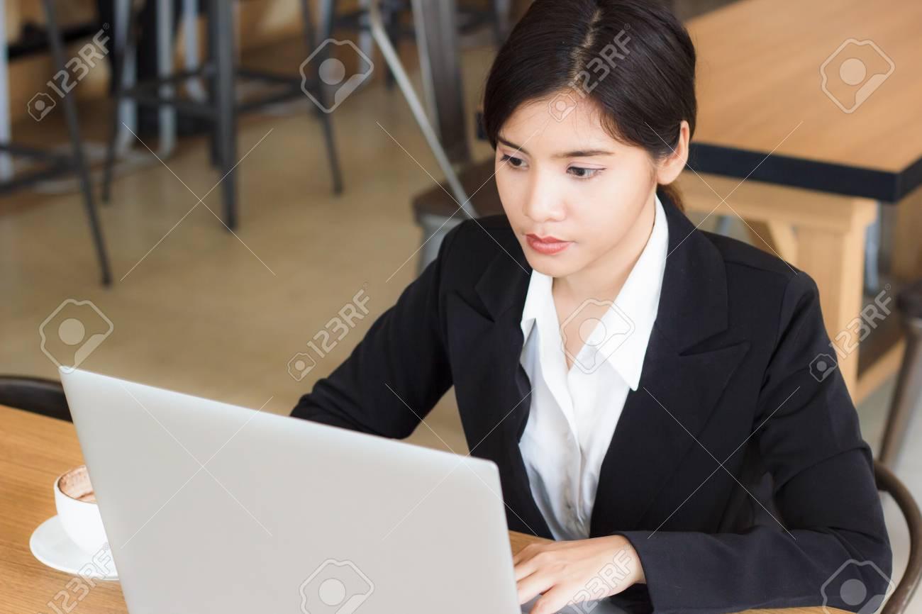 Femme belle jeune entreprise utilisez un ordinateur portable pour