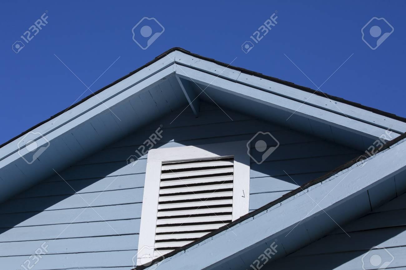 schließen sie oben vom markisen- und dachbodenfenster eines blauen
