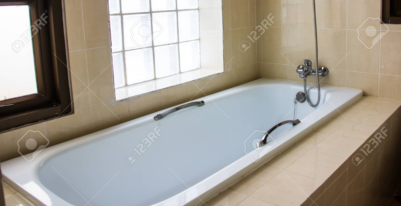 Bagno Moderno Con Vasca Da Bagno : Piccolo bagno moderno con vetro opaco schermo doccia su vasca da