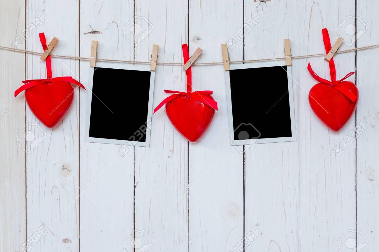 Bilderrahmen Leer Und Rotes Herz Hängt An Weißem Holz Hintergrund ...