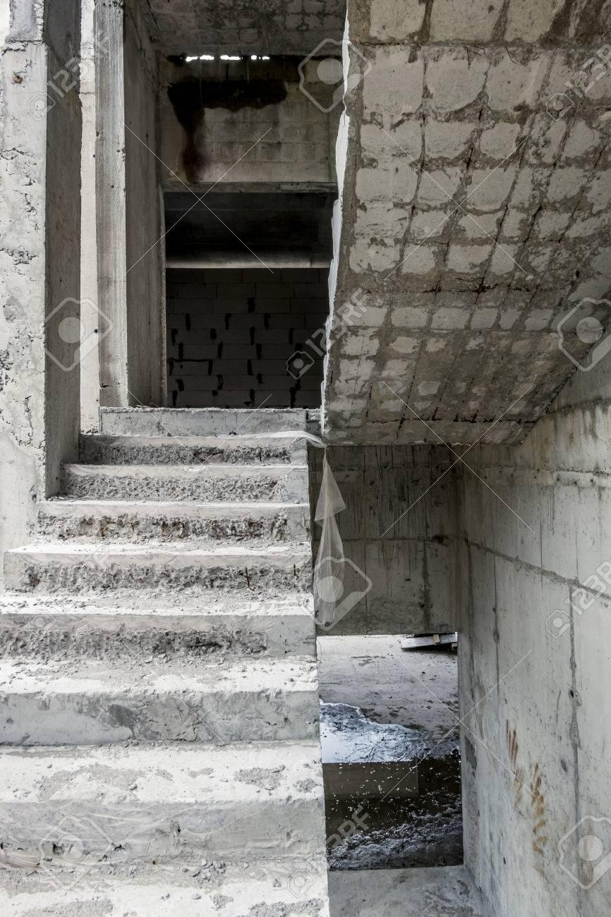 vista de las escaleras de hormign y de hormign bloques en una casa sin terminar foto